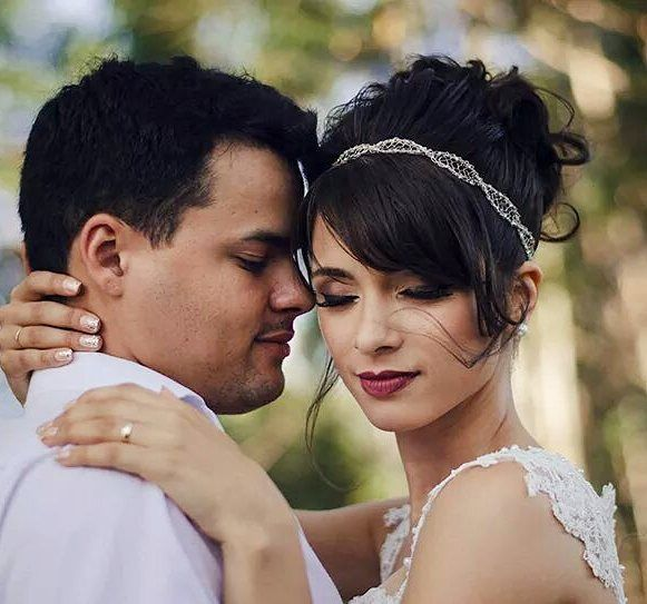 #noiva #casandoembh #berriesandlove #pausaparafeminices #weddingdress #weddingphotography #noivasmakeup #noivasmineiras #noivaslindas #casamento #berriesandlove #universomakeup #penteadostop #penteado #cabelos_etc #cabelospoderos #cabelosdivos by iannegomesmakeup