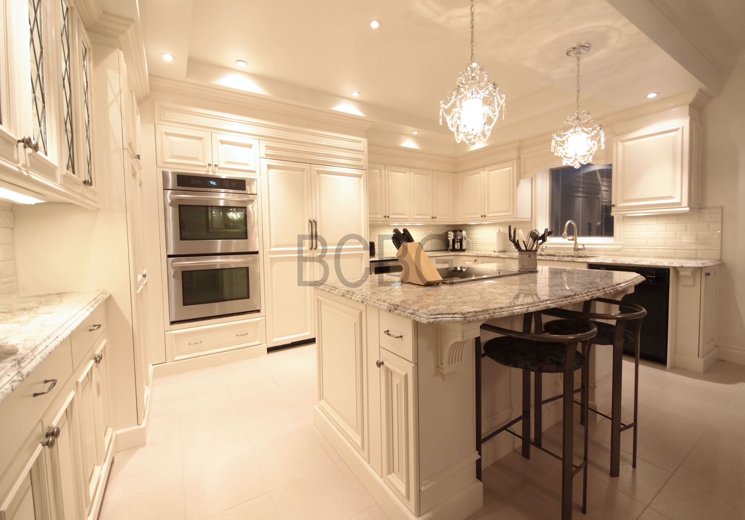 Classic kitchen style with white lacquer cabinets for Armoire de cuisine bcbg