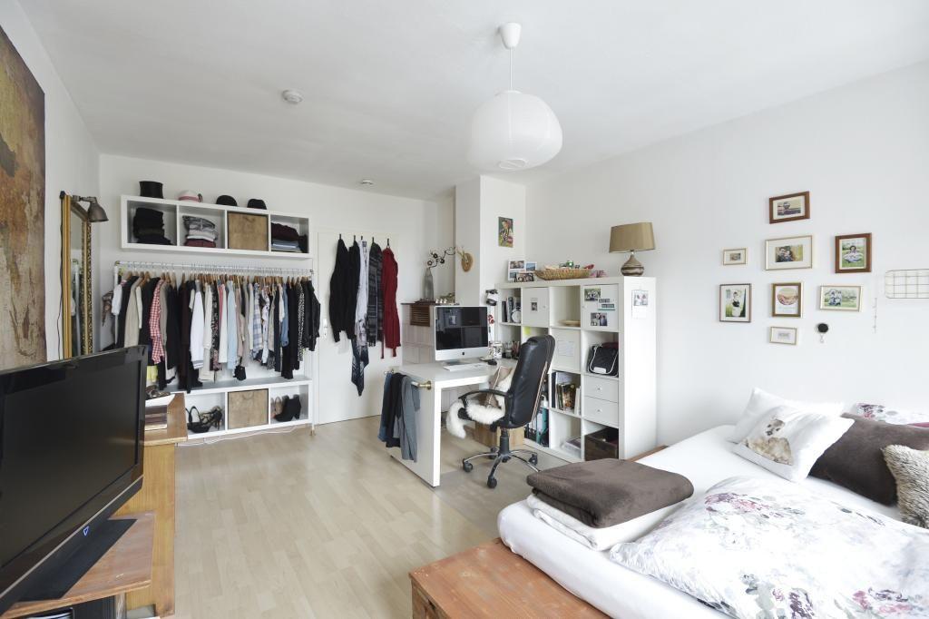 gro es ger umiges wg zimmer mit stilvoller und funktionaler einrichtung kleiderstange gro es. Black Bedroom Furniture Sets. Home Design Ideas