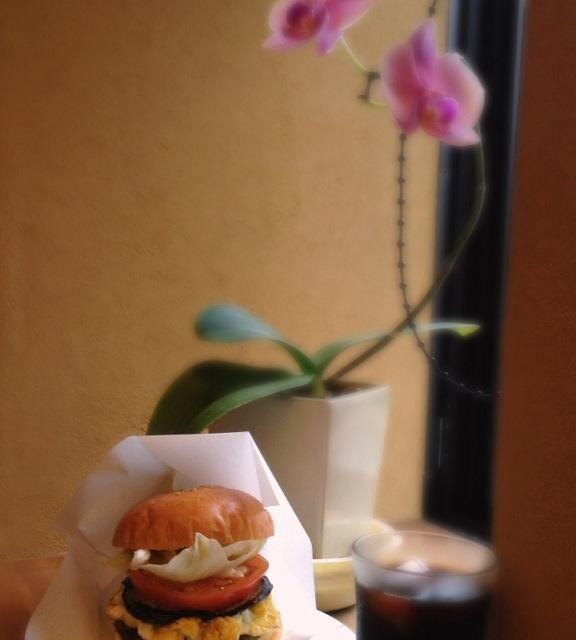 ベンベン先生さん家の 食欲旺盛な愛犬に  今日は城崎温泉でランチ 夏野菜のビッグバーガー デカデカバーガー 胡瓜レタスを三層に トマトデミグラスソースで - 91件のもぐもぐ - 夏野菜ビッグバーガー by urasimataro16