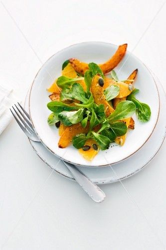 Feldsalat mit gebratenem Kürbis, Orangen und Kürbiskernen