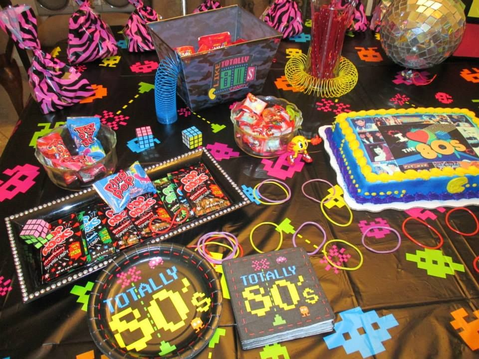 Mini 80s candy buffet on cake table mardi gras 2014 for Decoration annee 80