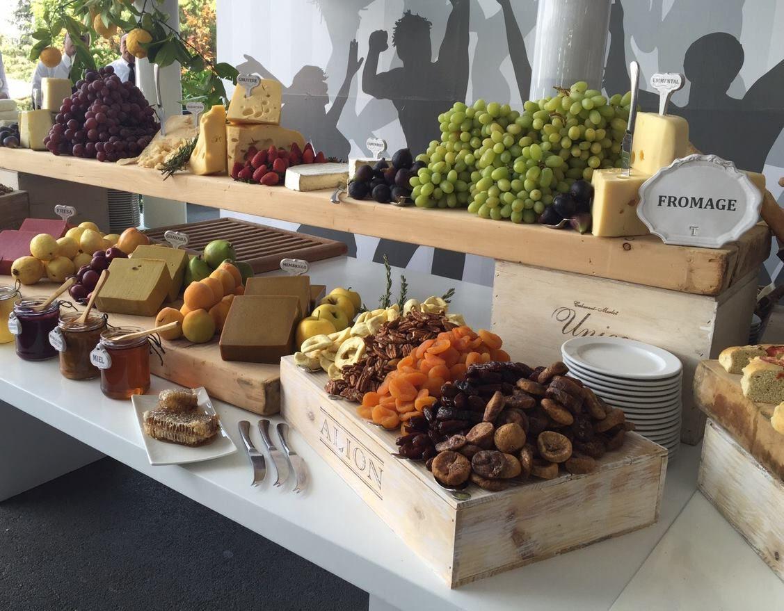 Mesa de quesos de banquetes kohlmann mesas de embutidos - Mesa de quesos para bodas ...