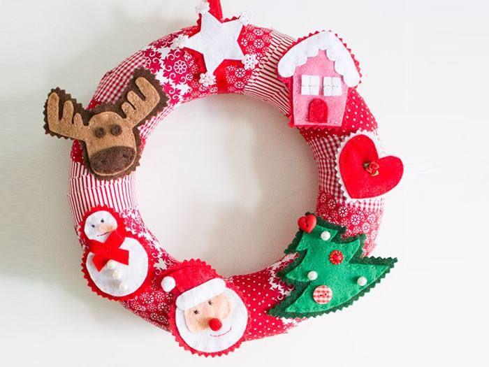 Aus Filz näht Julia von Kreativlabor Berlin mit der Hand weihnachtliche Figuren und Motive für einen Adventskranz oder ein Mobile.