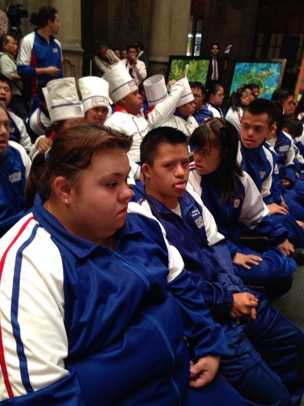 Jóvenes atentos en la Muestra Pictórica de Arte Down.