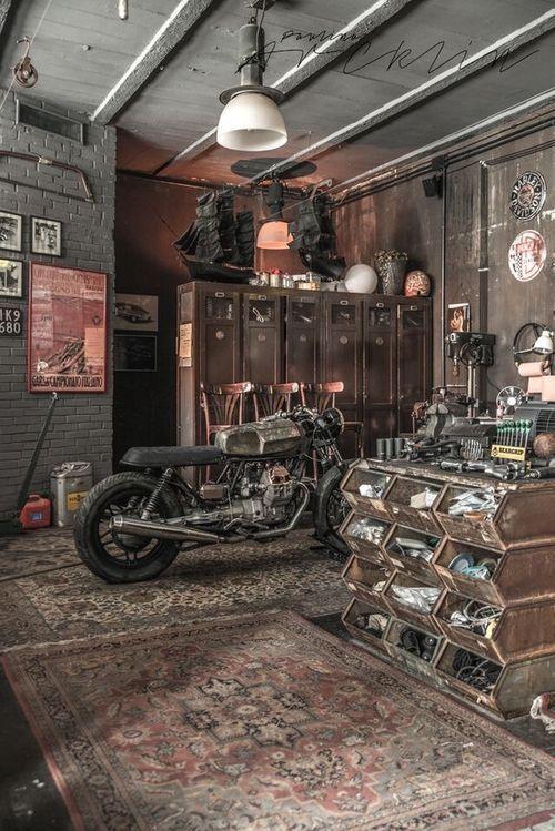Idee De Garage Voiture Moto Avec Design Industriel Pour Un Sous Sol De Gars Garage Souterrain Idee Garage Deco Garage
