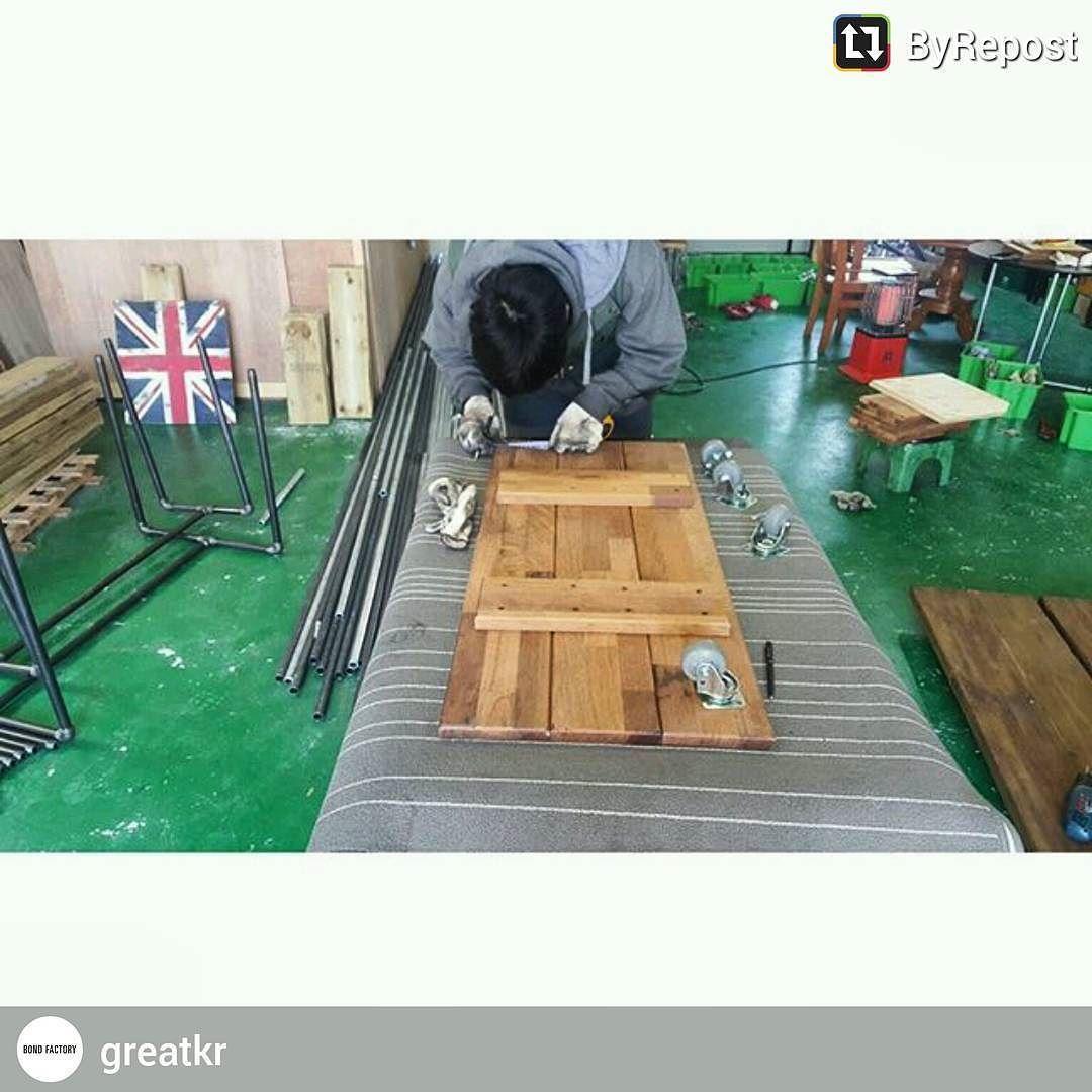 2박3일동안 작업한 나무들이  @greatkr 남양주로가서 합체작업중. #바톤터치#파이프가구#인더스트리얼가구 #파이프선반#파이프행거#콜라보작업#본드팩토리#김채이#가구제작 #목수타그램 #여자목수 #맞춤가구 #handmade #wood #design #furniture #furnituredesign by chaeyiii