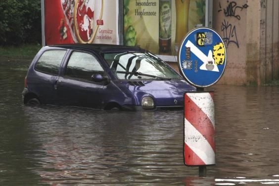 Land unter hieß es an der Annenstraße. An der Ecke Schleiermacherstraße suchten sie die Wassermassen einen Weg über die Straße.