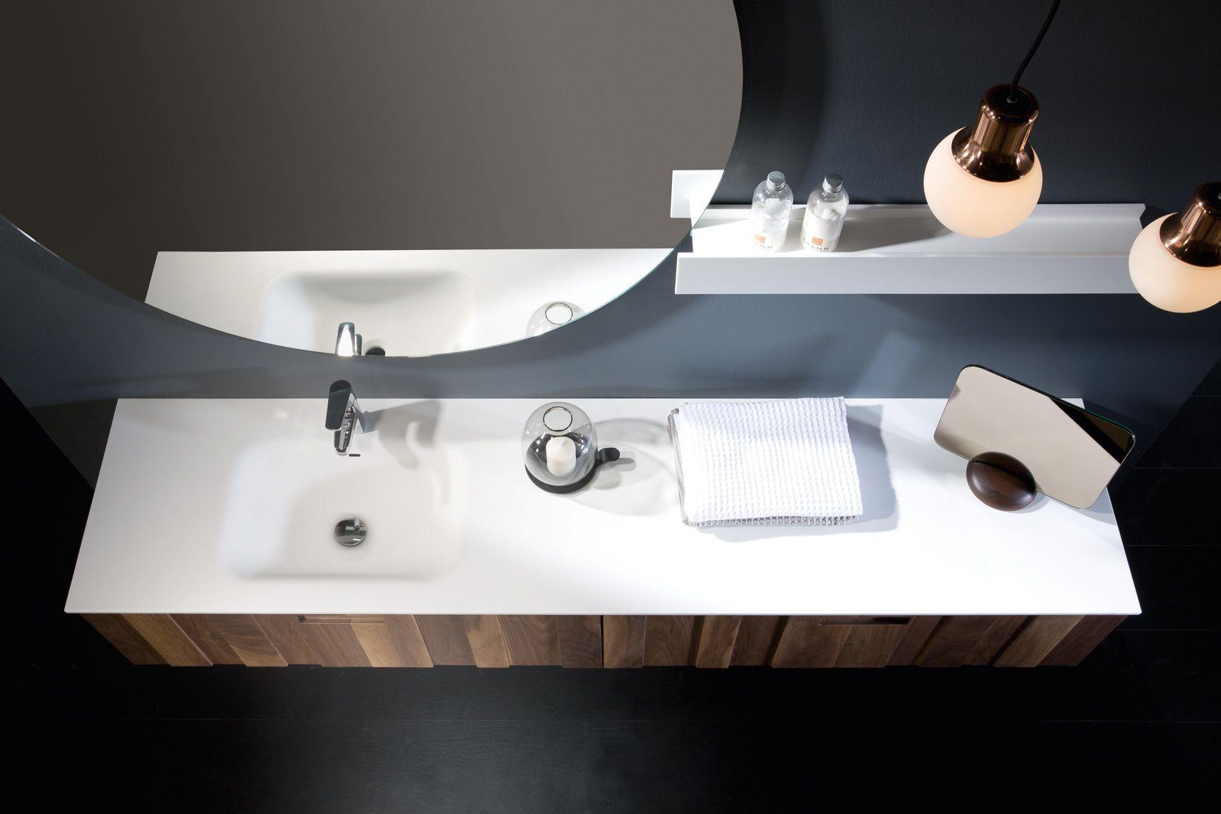 een meubel van hout met een solid surface wastafel de