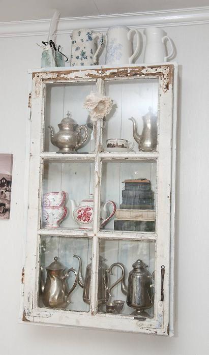 Hvorfor ikke lage et skap av et gammelt vindu? Det har mannen til Kerstin gjort.  Idé: Kerstin D. Røskeland fra Bergen. Foto: Magne Turøy, BA/ANB