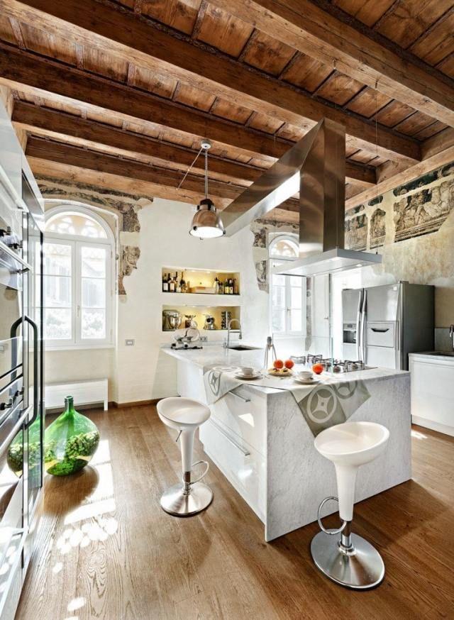 ideen f r gestaltung der wohnk che arbeitsplatten aus marmor sichtbare holzbalken holzdecke. Black Bedroom Furniture Sets. Home Design Ideas
