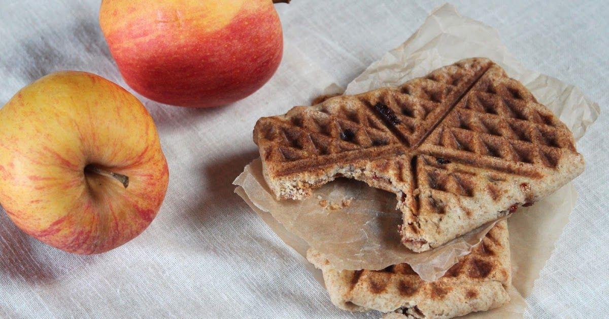 Tänään tein pieniä omenapiirakoita eli omenataskuja. Uunin sijaan paistoin taskut vohveliraudalla. Taskujen kuorista tuli rapeat ja täytt...