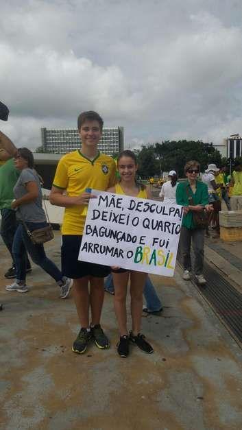 BRASÍLIA (DF) -manifestantes seguram faixaemprotesto na PELA BAGUNÇA DOS CORRUPTOS!..