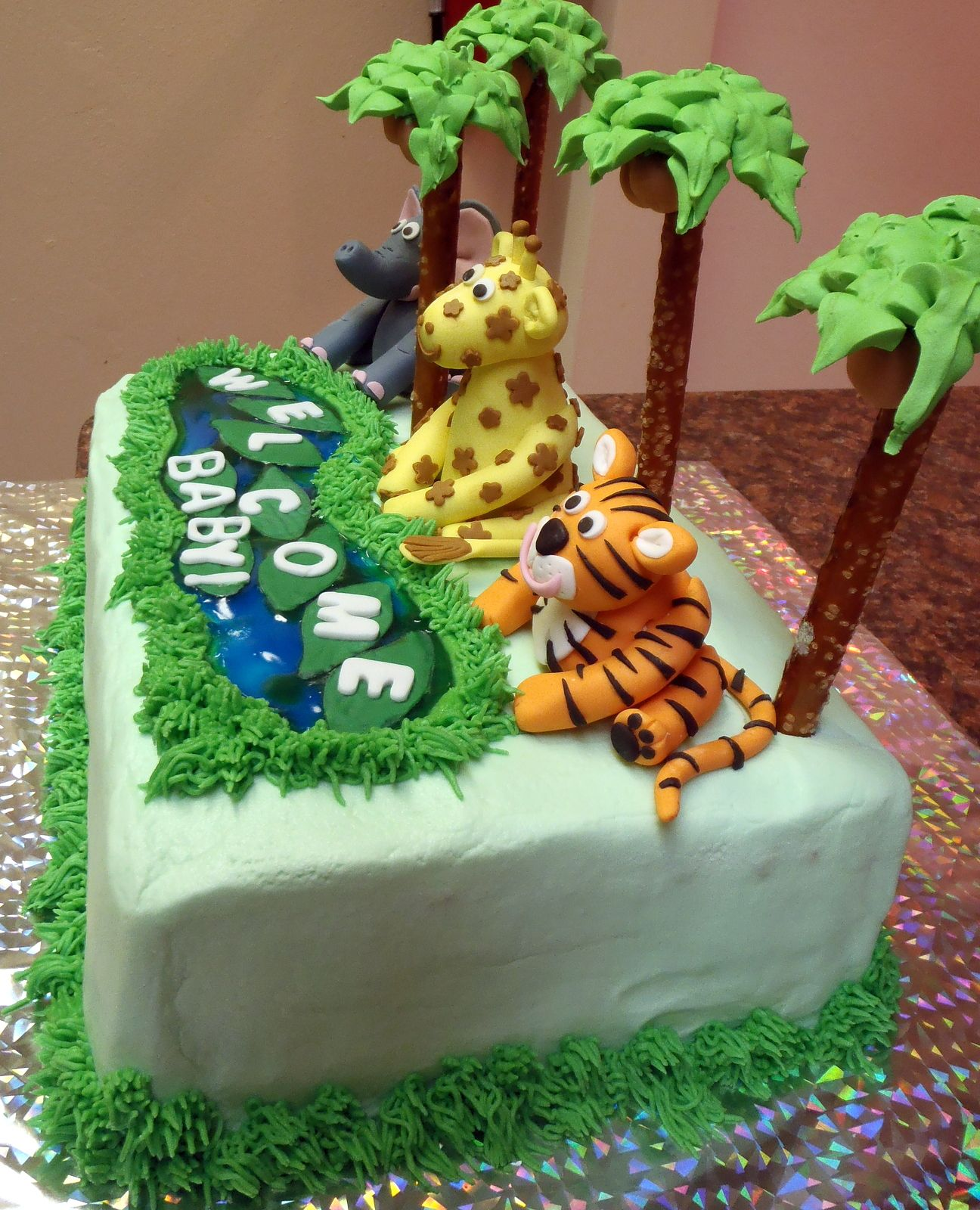 finished cake, side view Cumple