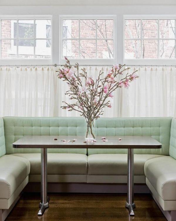 pastellfarben essecke küche mintgrün sofa rosa blüten Εργασίες που