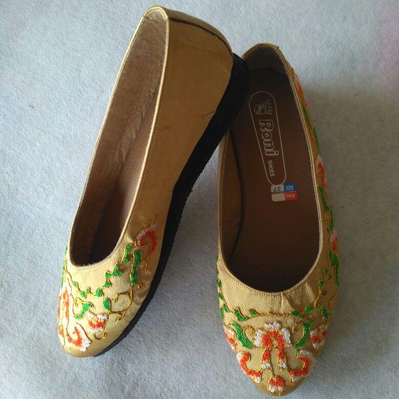 Sepatu sulam emas peniti, hasil kerajinan tangan Pariaman ...