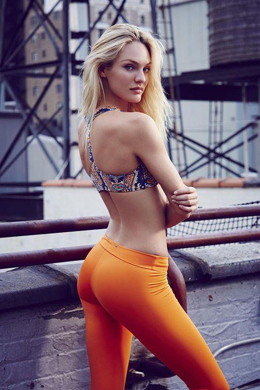 На природе милашка Sara Luvv стоит в красивом бикини