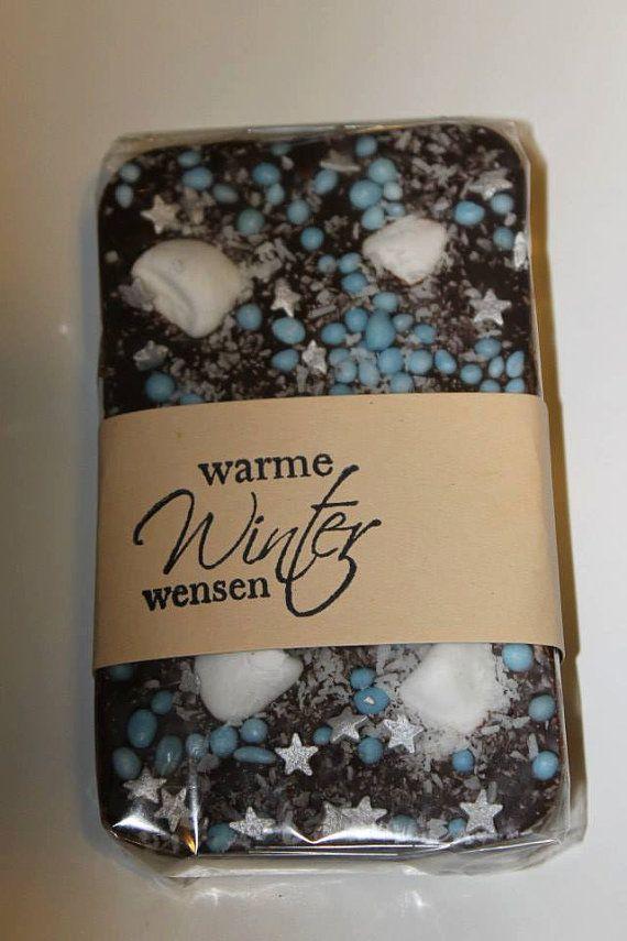 chocodeluxe reep '' Winterwonderland'' Handgemaakt van Pure Callebaut chocolade, met pepermuntkussentjes, anijs bolletjes. kokos en zilveren suiker sterren.
