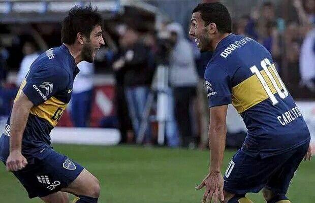Festejo de gol entre Tevez y Lodeiro