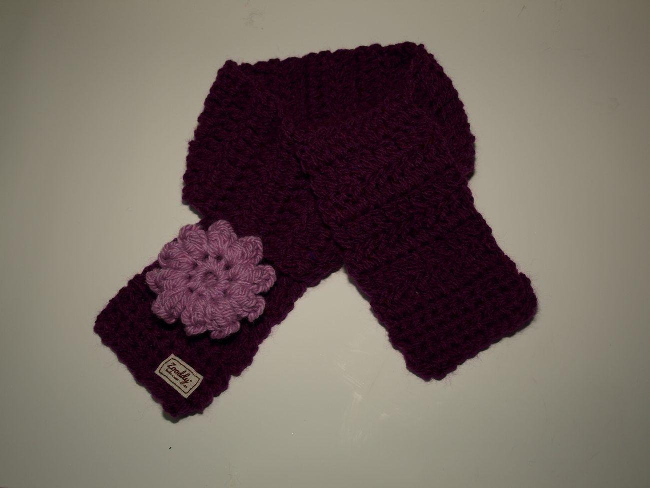 Bufanda de croché con una flor de 10 pétalos para bebés en morado