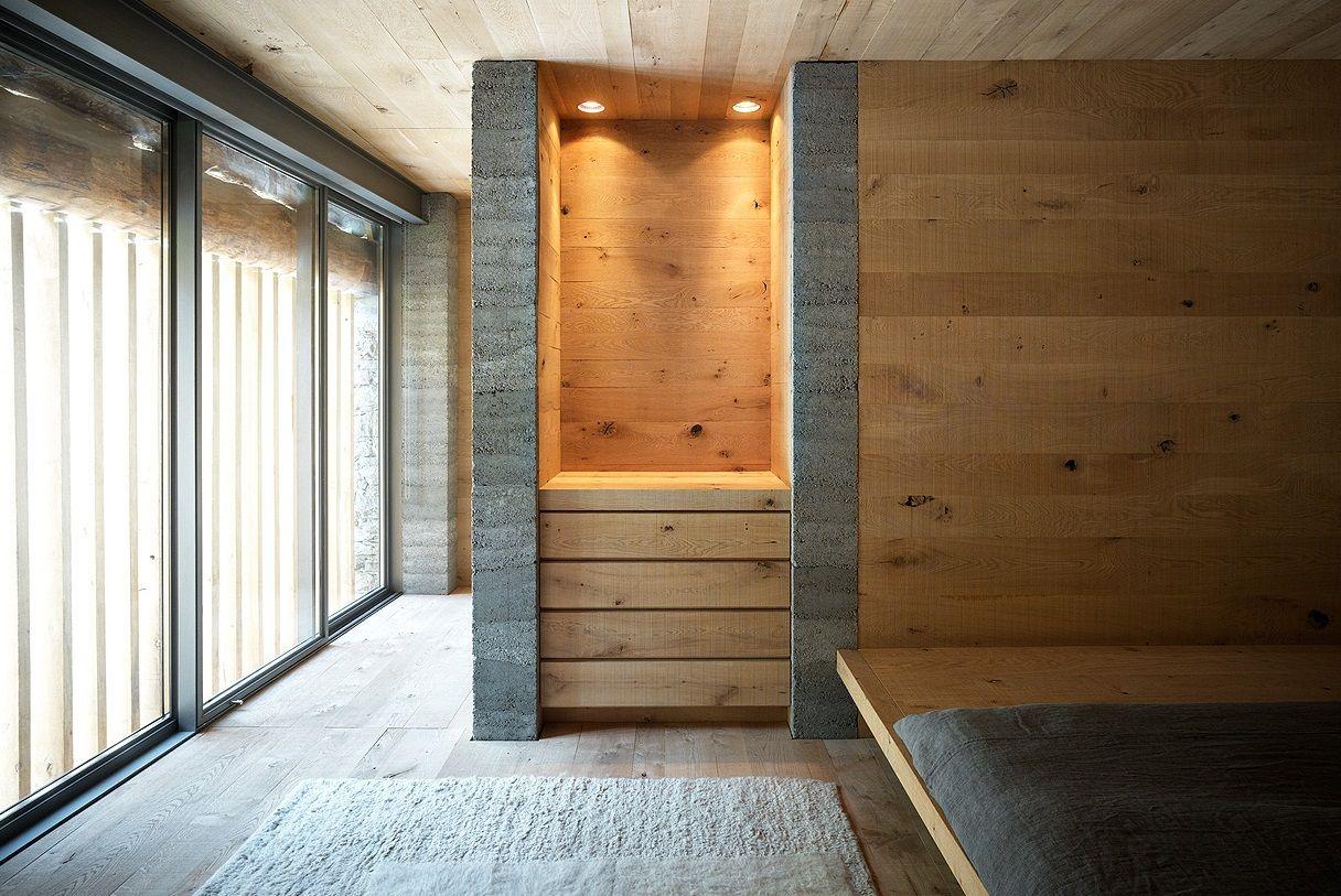 Ein Schlafzimmer Mit Bodentiefen Fenstern Und Holz Einbauten, Das Direkt  Vom Architekten Und Schreiner Kommt
