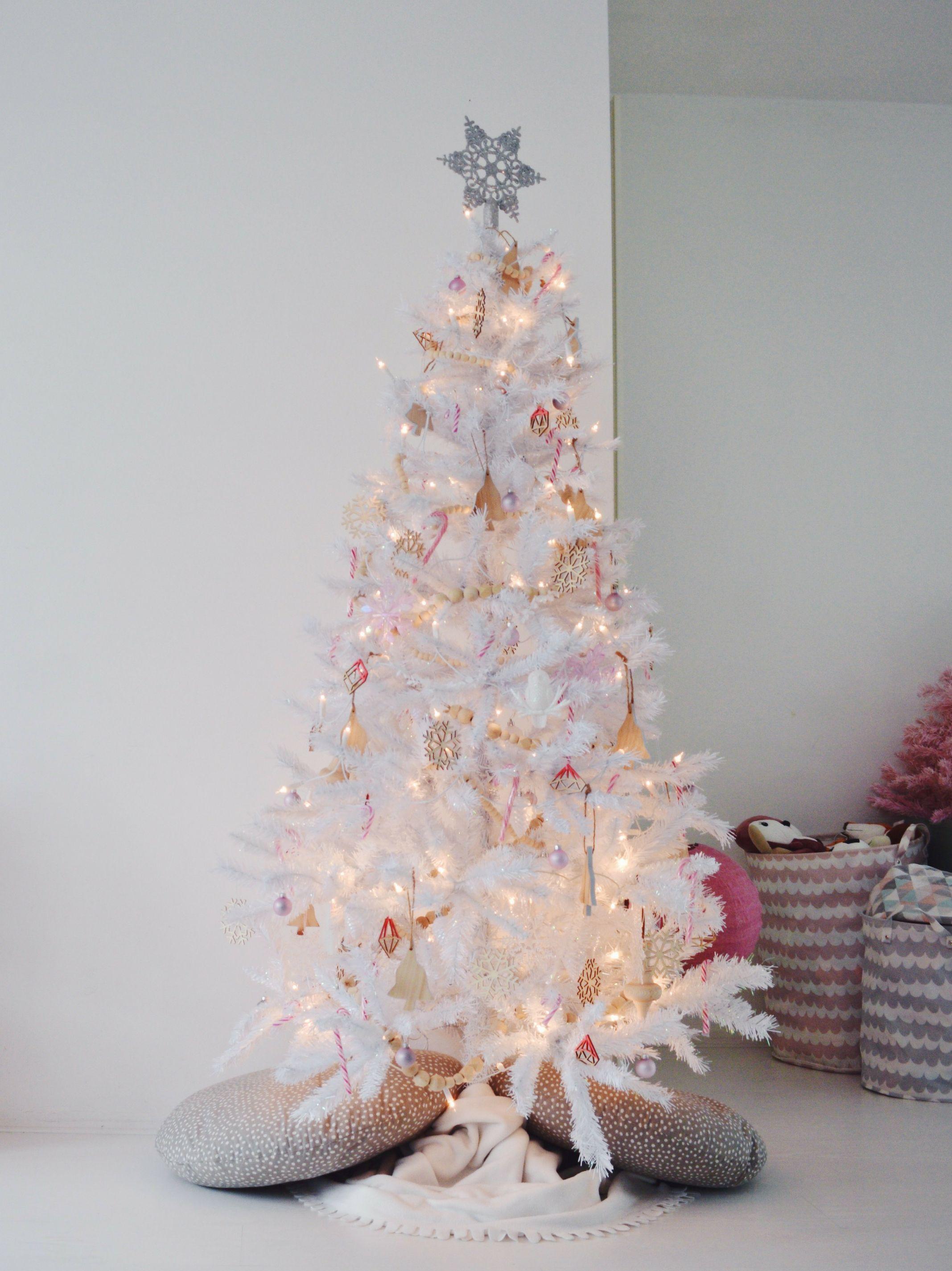 Onze Witte Kerstboom 2018 Warm Wit Met Veel Hout En Roze Witte Kerstbomen Kerstboom Diy Kerstdecoratie