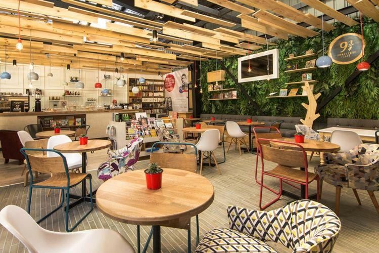 Café mit Buchladen mit attraktivem Design vielfältiger Stile ...