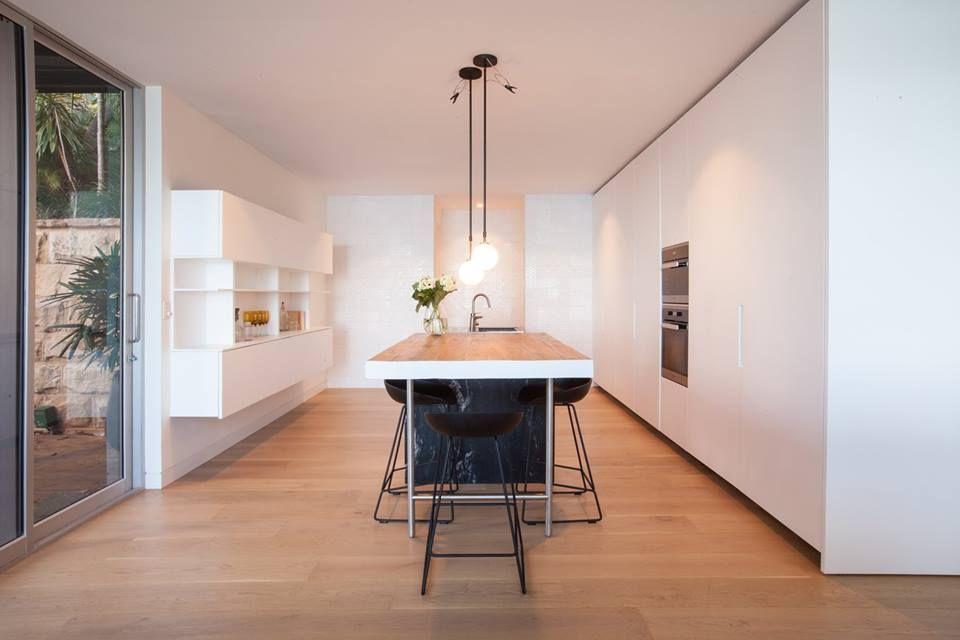 Cucina design con parete di fondo composta da piastrelle