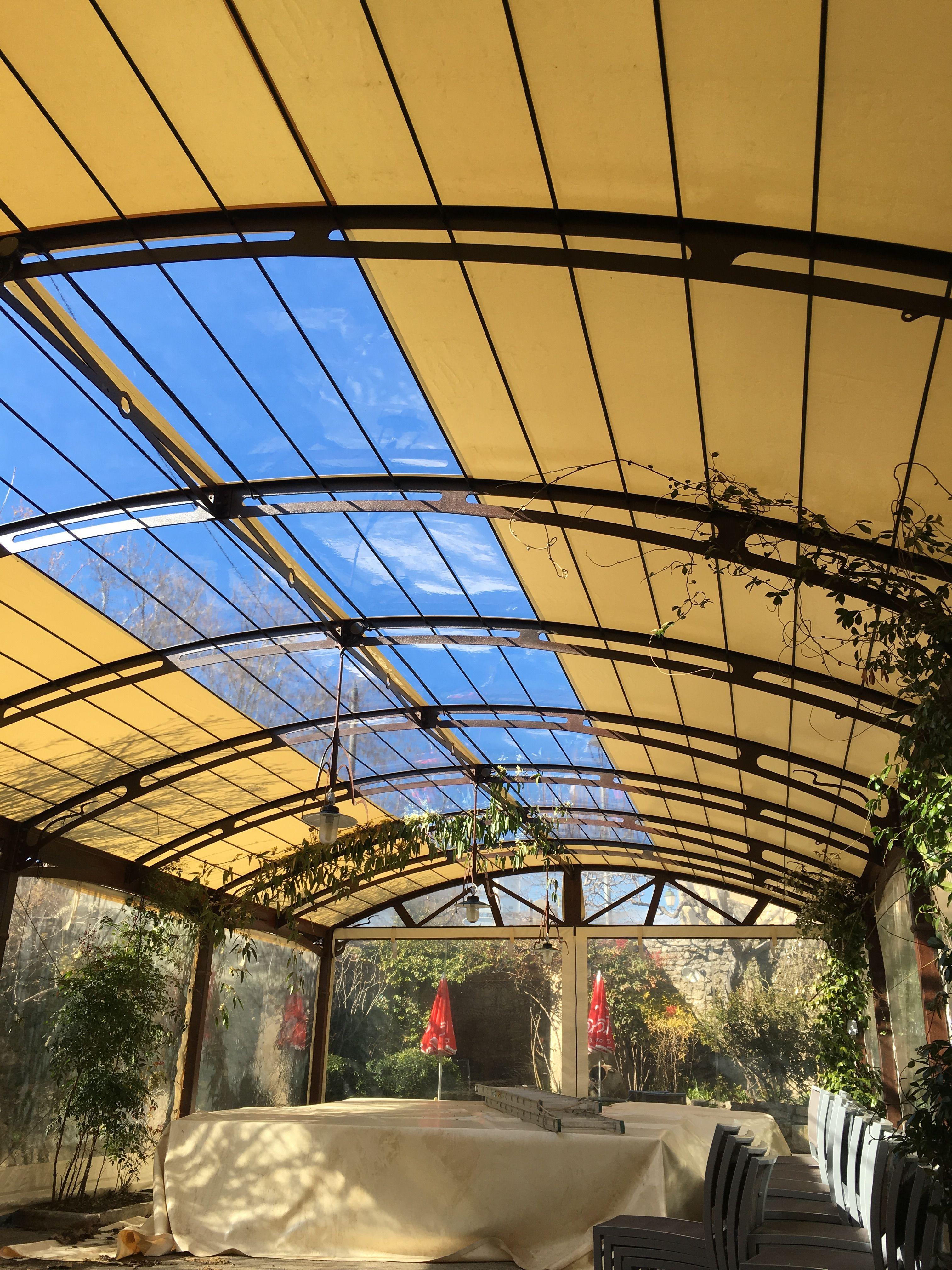 Couverture de pergola avec partie centrale transparente | Couverture de pergola, Voile ombrage ...