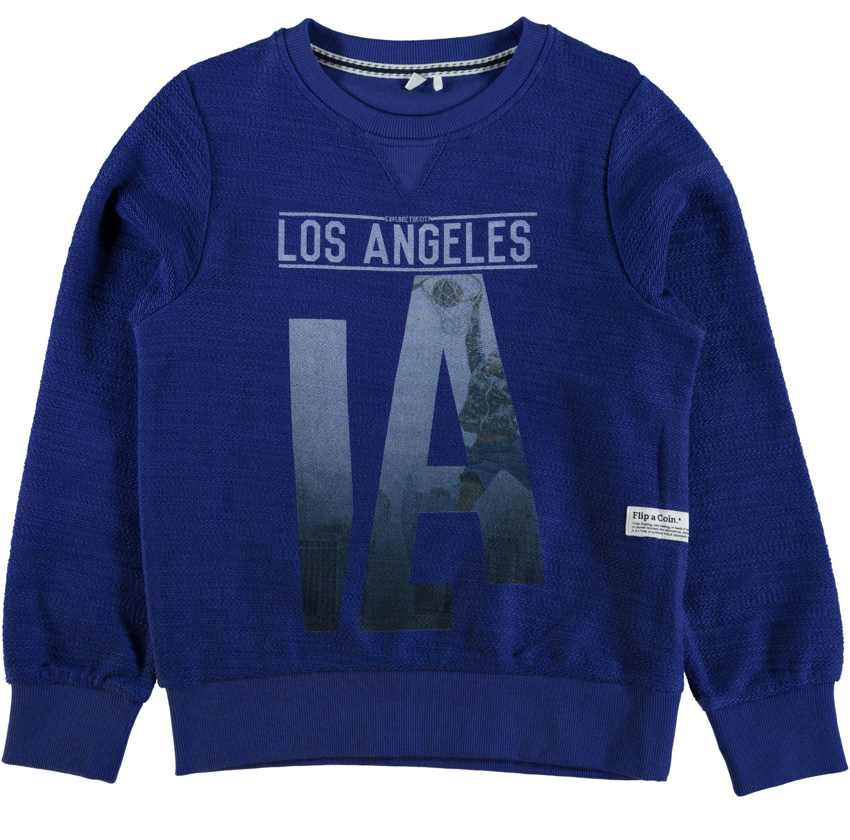 Blauwe jongens sweater NITDION van het merk Name-it. Mazarine blauwe sweater Met de tekst : Los Angles LA De sweater heeft een ronde hals en is zonder capuchon. De buitenkant is iets groffer afgewerkt, waardoor hij er erg leuk uitziet !