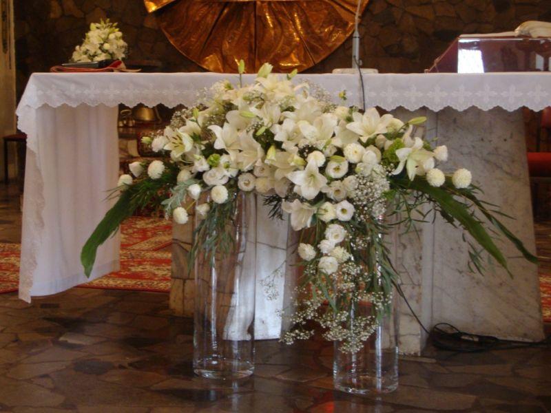 Bukiety Kwiatow W Szklanych Tubach Szukaj W Google Table Decorations Altar Cloth Altar