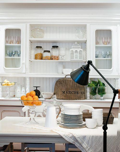 La cocina captura el espíritu campesino francés. Dos detalles que ...