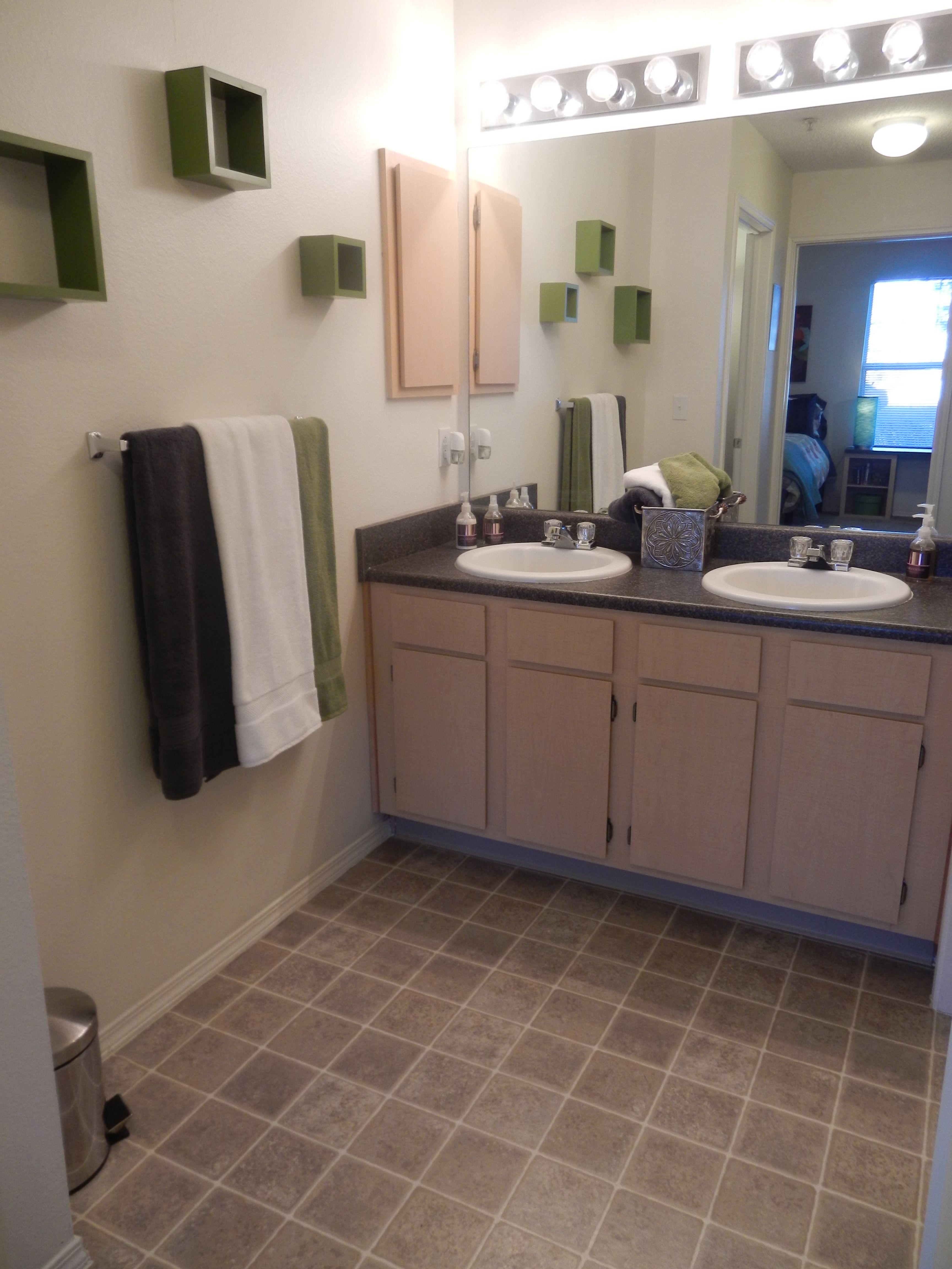 Spacious Shared Bathroom At Ram S Pointe Apartments In Fort Collins Co Shared Bathroom 4 Bedroom Apartments Fort Collins
