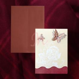 Invitatia are doua parti: una crem ornata cu un design floral si doi fluturasi decupati si una bordo, in partea de jos. Cele doua sunt unite de o linie curbata si acopera textul. Plicul este bordo si este inclus in pret.  Pret tiparire:  0.35 lei/buc – negru  0.49 lei/buc – color  0.80 lei/buc – auriu, argintiu. #invitatie de #nunta #mirese #miri #invitatii #elegante #originale