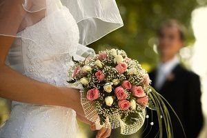 Every bride wants a wedding on venue that is filled with beautiful and lovely fresh flowers. From the church to the reception, nothing will complete the decoration but flowers. A bridal bouquet is the most important piece of thing that the bride carries along while she walks down the aisle, which is why it should