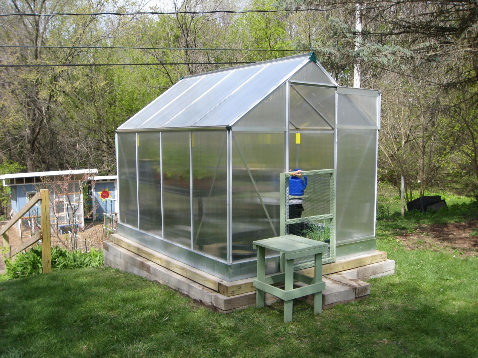 How to build a greenhouse made of polycarbonate with your own hands: highlights