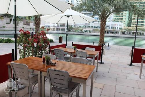 المأكولات العالمية من 5 مطاعم في أبراج بحيرة الجميرا عين دبي تعرف على مطاعم واماكن السهر فى دبي Patio Patio Umbrella Outdoor Decor