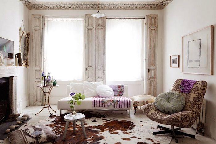 Shabby Deko Wohnzimmer Im Vintage Stil Weisses Sofa Beige Sessel Mit Lila Elementen