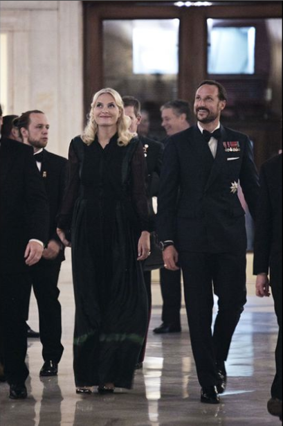 Royals & Fashion -  Prince Haakon and Princess Mette Marit began an official visit to New York. The first evening they attended the gala dinner of the Chamber of Commerce of Norway.