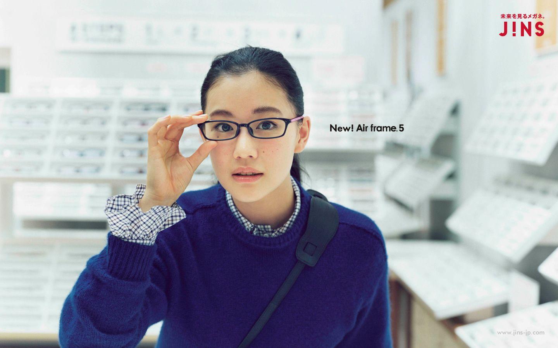 JINSの広告でメガネをかける蒼井優