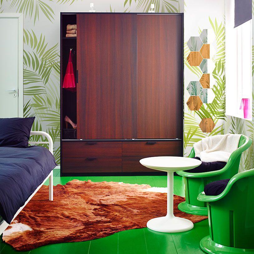 papier peint sur le mur trysil armoire brun fonc avec portes coulissantes et tiroirs. Black Bedroom Furniture Sets. Home Design Ideas