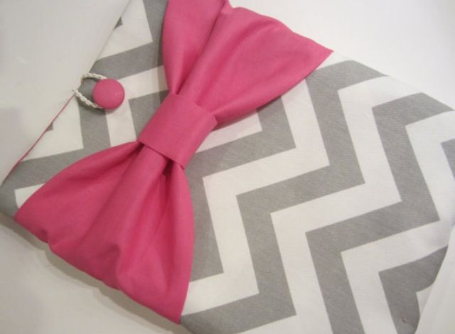 Super cute iPad case. Not that hard to make. Basically a rectangle iPad sleeve with a bow... and a fabric button of course.