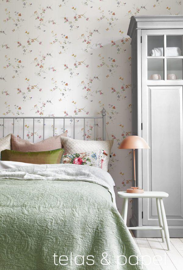 dormitorio empapelado con papel pintado de flores y