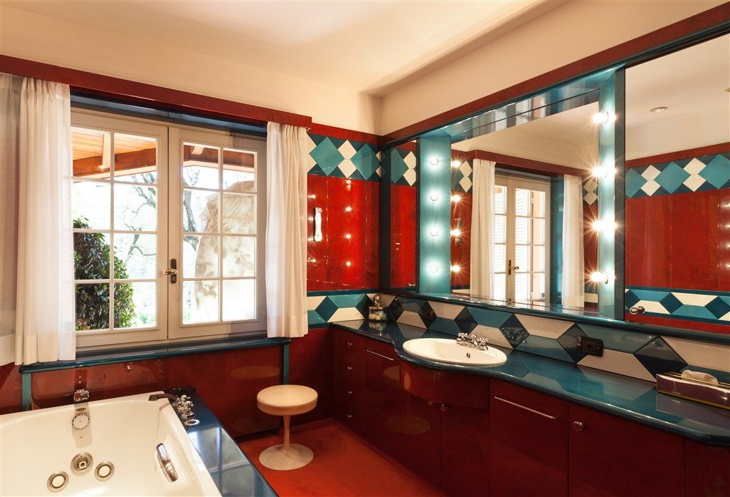 Art Deco style bathroom with French style tilt/turn window and ...