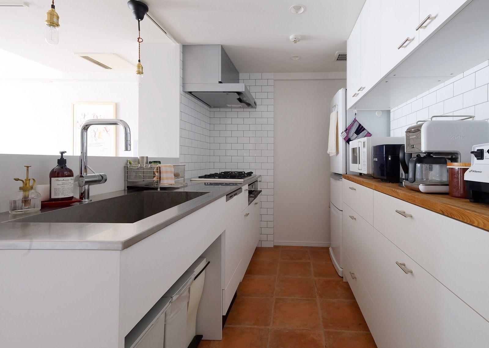 白を基調にしたペニンシュラ型キッチン キッチン リノベーション