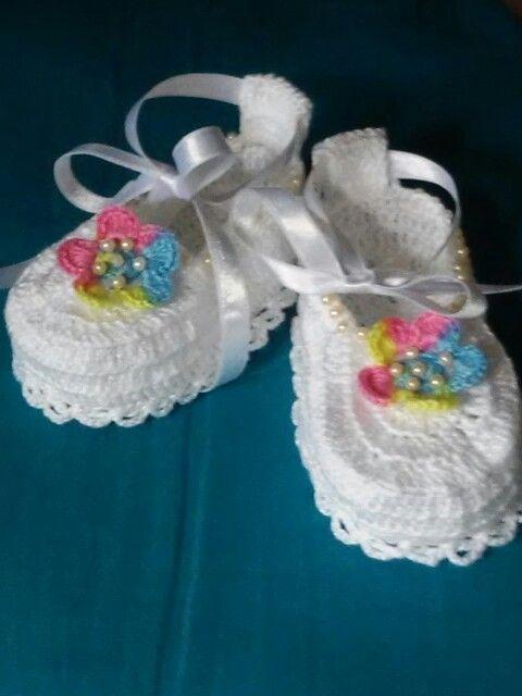 Zapatillas tejidas en crochet; hechas por maggi.