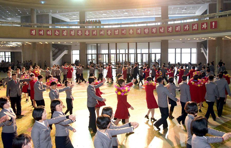 조국의 영예를 떨친 녀자축구선수들을 축하하는 모임 진행