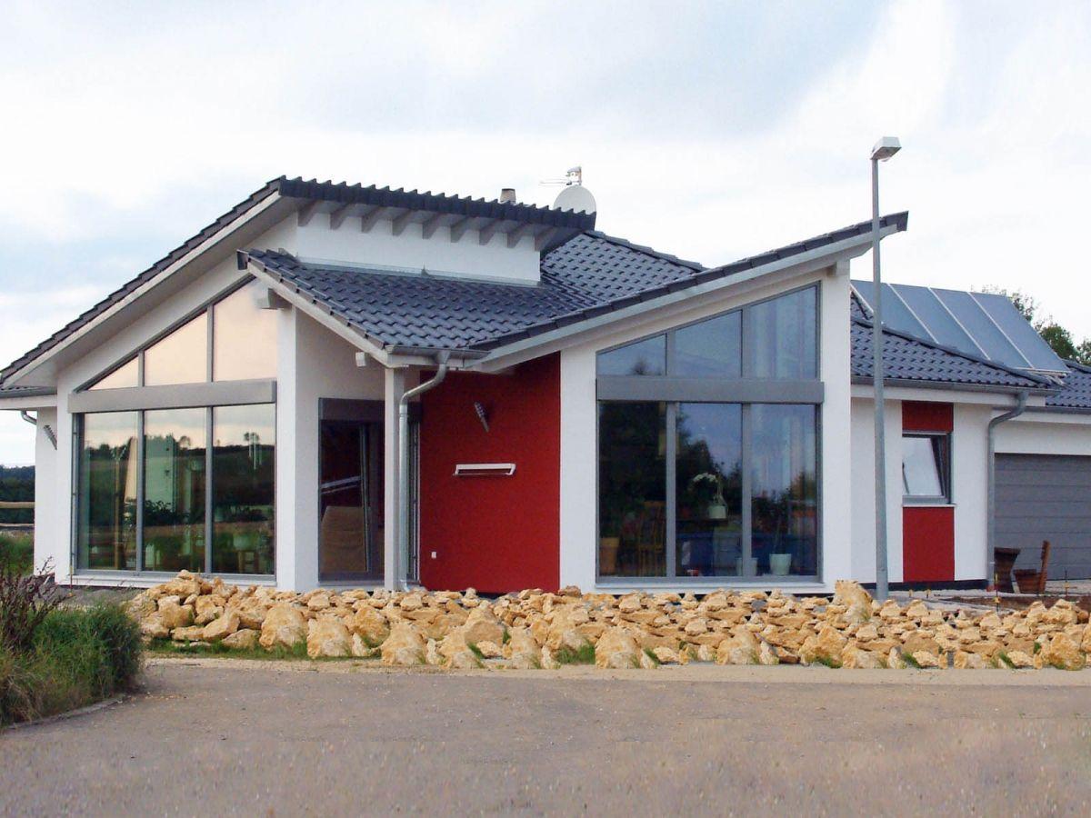 Haus homestory 511 • bungalow von lehner haus • energieeffizientes fertighaus mit böden aus ulmenholz zwei pultdächern und rustikalem schwedenofen