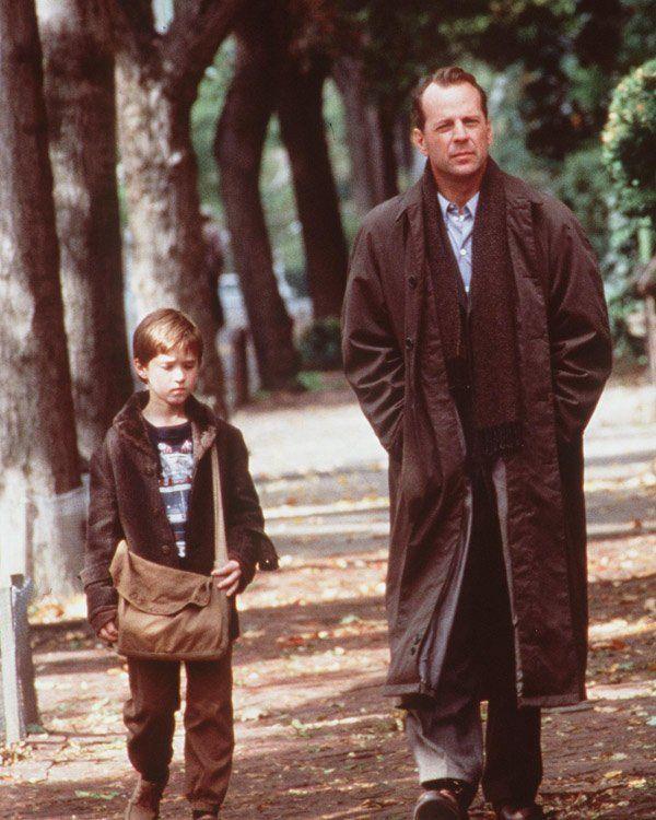 """Kommen wir zu den etwas gruseligeren Filmen - Horror-Slasher werdet ihr hier allerdings nicht finden. Wir beginnen ganz sanft mit """"The Sixth Sense"""" mit Bruce Willis. In dem Film von dem Unerwartete-Enden-Regisseur M. Night Shyamalan sieht ein kleiner Junge tote Menschen - und sucht Rat bei dem Kinderpsychologen Malcom Crowe alias Willis. Wer den Film noch nie gesehen hat, aber auf sanften Horror steht, sollte sich nicht zu viel verraten lassen und einfach schnell die DVD ausleihen. Lohnt…"""