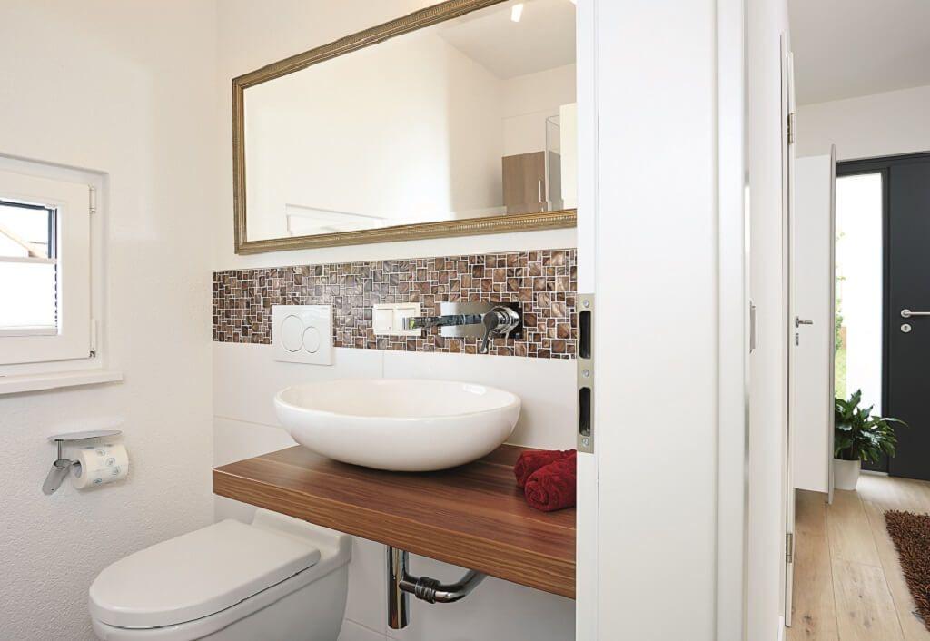 Gäste-WC mit Waschtisch und Mosaik Fliesen - Inneneinrichtung ...